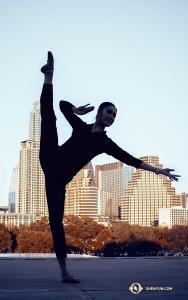 Тем временем танцовщица Лили Ван дотянулась туфелькой до небес на фоне небоскрёбов в Остине, штат Техас. (Автор фото: танцовщица Мишель У)