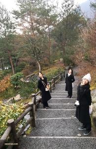 На обратном пути танцовщицы Лиз Лу, Джастина Ван и Хейзел Юй (слева направо) решили пройтись по саду Согэнти. (Автор фото: Бетти Ван)