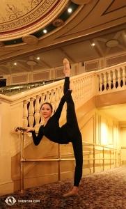 Неподалёку, в Hanover Theatre в Вустере, штат Массачусетс, танцовщица Белла Фань нашла отличный станок для разминки. (Автор фото: солистка Кайди У)
