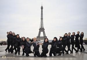 Уроженка Парижа Мадлен Лобжуа и танцоры Shen Yun International Company представляют вашему вниманию Эйфелеву Башню!