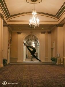 И танцовщица Дженни Сун тоже отыскала элегантное место для разминки! (Автор фото: Кайди У)