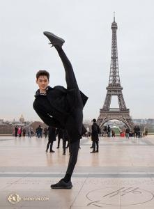 Эйфелева башня – самое высокое сооружение Парижа... даже выше танцора Питера Чжоу! (Автор фото: Ник Чжао)