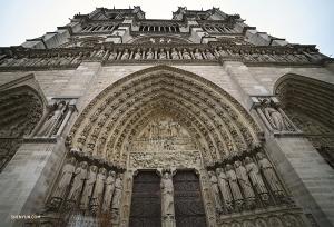 Верно, это Франция! И какая может быть поездка в Париж без посещения Собора Парижской Богоматери? Это красивый западный фасад. (Автор фото: Энни Ли)