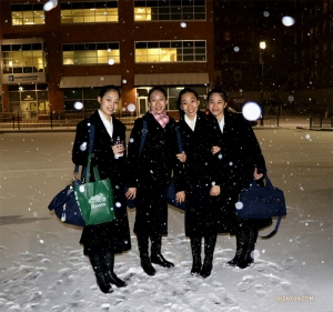 Типичная зимняя картинка в штате Массачусетс – танцоры Shen Yun Touring Company позируют снежным вечером после своего первого выступления в Вустере. (Автор фото: танцовщица София Чан)