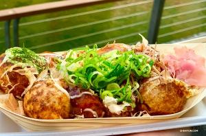 Такояки – жареные на гриле осьминоги – одно из наших любимых блюд. (Автор фото: танцовщица Лили Ван)