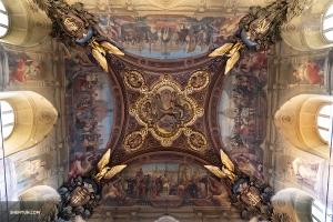 Замысловатая потолочная фреска ручной работы в Большой галерее Лувра. (Автор фото: танцор Эндрю Фун)