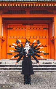 Фотографировать внутри запрещено! Йория Кикукава вместе с другими танцовщицами Shen Yun World Company сами воссоздают Тысячерукую богиню Каннон возле Храма Сандзюсангэн-до, где расположена тысяча подобных статуй. (Автор фото: Мишель У)