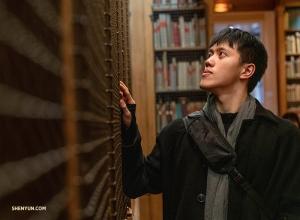 Монти Моу просматривает полки с книгами о танцах и опере в библиотеке-музее дворца Гарнье. (Автор фото: Эндрю Фун)