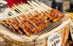 В Киото уличные торговцы предлагают большой выбор шашлыков из свежеприготовленного на гриле мяса. (Автор фото: Мишель У)