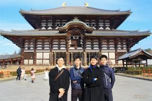 Танцоры Стив Фэн, Руи Судзуки, Лео Ли и Джек Хань (слева направо) фотографируются в конце поездки в Тодай-дзи.