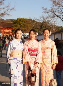 Во время прогулки по городу японская танцовщица Shen Yun Йория Кикукава (слева) помогает подругам проникнуться подлинным духом японской культуры