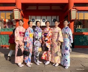Великие умы мыслят одинаково! Две группы танцовщиц в кимоно случайно встречаются и позируют для красивого совместного снимка. (Автор фото: Лили Ван)