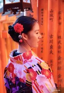 Танцовщица Стефани Го погружается в атмосферу Тысячи алых ворот. (Автор фото: Лили Ван)