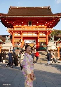 Танцовщица Памела Ду позирует перед храмом Фусими Инари-Тайся в Киото.