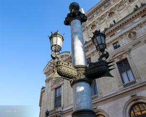 Даже уличные фонари в Париже изысканные.