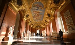 Один из множества богато украшенных коридоров с потолочной живописью в Лувре. (Автор фото – оператор Энни Ли)