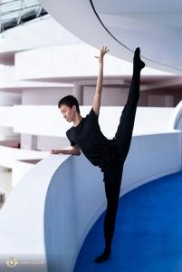 舞蹈演員李志恆熱身時俯瞰考夫曼中心的下層。(攝影:舞蹈演員小林健司)