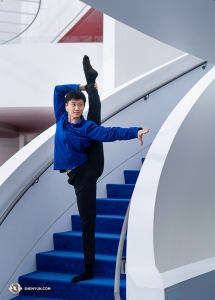 No space left in the lobby? No problem. Dancer Steven Chien uses the stairs. (Photo by Principal Dancer Kenji Kobayashi)