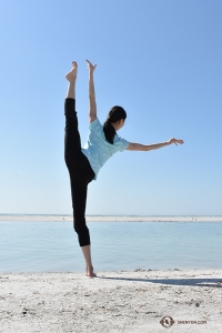 Dancer Jiayuan Yang looking out to sea. (Photo by Rebecca Jiang)