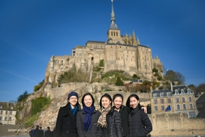 Shen Yun International Company dancers in front of Le Mont Saint-Michel. (Photo by projectionist Annie Li)