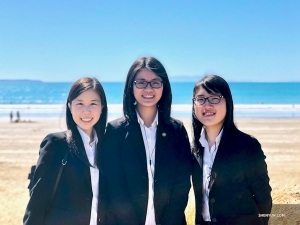 From left: musicians Carolyn Hwang, Annie Wu, and Claire Lee in front of the Indian Ocean after a week of performances in Perth, Australia. (Photo by dancer Cheney Wu)