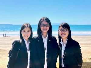 Od lewej: Carolyn Hwang (muzyk), Annie Wu i Claire Lee na tle Oceanu Indyjskiego, po tygodniu występów w Perth, Australia. (Tancerka Cheney Wu)