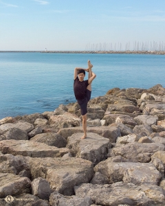 Dancer Scott Xu demonstrates a steady vertical leg hold (chao-tian-deng) on the rocks. (Photo by dancer Andrew Fung)
