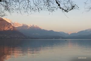 Miasto i jezioro są położone w pięknym miejscu pośród Alp. (Nick Zhao)