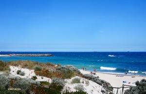 Po pięciu dniach i siedmiu przedstawieniach z rzędu w  Regal Theater w Perth artyści mieli szansę zrelaksować się i  zawitać na plaży w Perth. (Jun Liang)