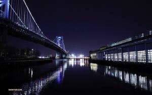 Nocny widok na most im. Benjamina Franklina zawieszony nad rzeką Delaware.