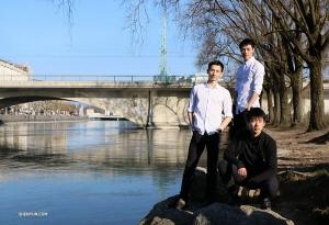 Tancerze pozują nad brzegiem Rodanu, który łączy sie z jeziorem genewskim. (Nick Zhao)