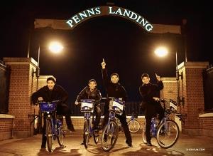 Od lewej: tancerz Eric Lam, Xinghao Che, Sam Pu i William Li wybierają się na przejażdżkę rowerową wzdłuż rzeki Delaware.