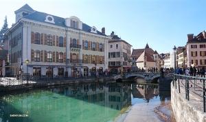 Annecy jest czarującym miejscem, które warto odwiedzić, są tam piękne kanały, brukowane ulice i budynki pomalowane w pastelowe kolory. (Kexin Li)