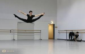 Tancerz Peter Kruger ćwiczy wyskok z rozkrokiem (xing-jin-shuang-fei-yan) przed jednym z czterech występów w Genewie. (Nick Zhao)