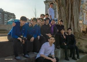 Tancerze z Shen Yun International Company skupili się wokół ich europejskiego konferansjera Petera Recknagela. (Andrew Fung)