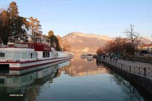 W drodze z Montpellier do Genewy zespół zatrzymał sięw Annecy, pięknym francuskim miasteczku. (Solistka grająca na erhu Linda Wang)