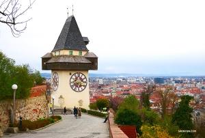 <p>올라가보니...커다란 시계탑이 도시를 내려다보고 있다! 역사적인 아름다움과 함께 시간도 알려주는 이 18세기 탑은 그 일부가 중세에 제작되었다고 한다.</p>