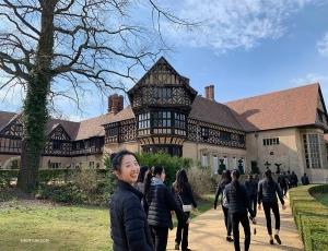 與此同時,領舞演員秦歌和她神韻紐約藝術團的夥伴們正在德國Neuer Garten參觀。