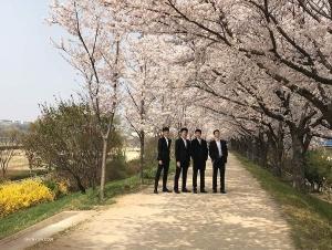 神韻世界藝術團的四位男舞蹈演員在櫻花樹下合影。(攝影:藝術團經理李維娜)