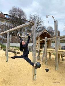<p>재치만점 수석무용수 미셸 리안이 놀이기구를 활용해 스트레칭을 하고 있다. 그라츠를 떠나 들른 펠덴에서. (Photo by Angelia Wang)</p>