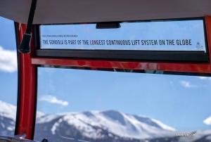<p>창문의 안내 문구를 보니, 세계에서 가장 높을 뿐만 아니라 가장 긴 리프트 연결 시스템(두 개의 고속 체어리프트와 한 개의 곤돌라)을 이룬다고 한다.</p>