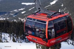 世界上最高的纜車PEAK 2 PEAK Gondola將我們帶到黑梳山頂。