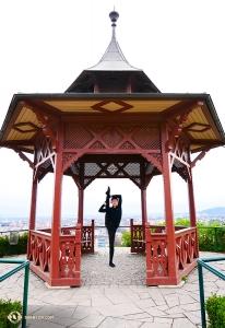 舞蹈演員Henry Hung在山頂的涼亭觀景台「朝天蹬」。據說這還是個中國式的涼亭!?