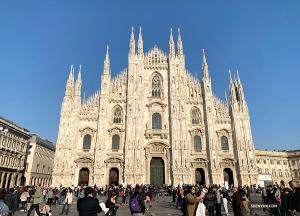 接下來,我們取道米蘭! 參觀了世界第四大教堂,一座花了六個世紀才完成的——米蘭大教堂。
