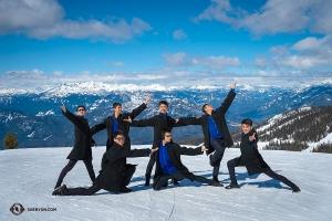 藍天白雲連雪山,極目遠眺好一派壯麗廣闊的山河美景。神韻巡迴藝術團的幾位男演員忍不住跳起舞來。