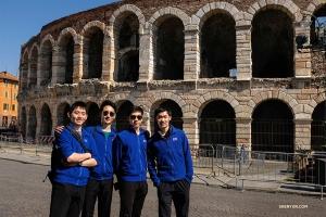 <p>아레나 디 베로나는 1세기 무렵 건축되어 오늘날에도 사용할 정도로 가장 잘 보존된 로마 원형경기장이다. 무용수 헨리 헝, 스탠리 린, 앨런 리우, 펠릭스 쑨이 역사의 한 순간을 기념하며 찰칵!</p>