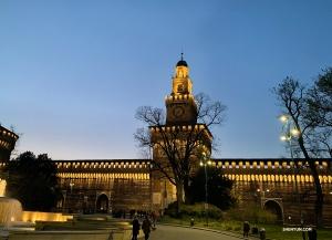 在短暫停留期間,我們有幸看到Sforza城堡的燈光全部亮起。 據說堡壘的牆壁還是由達芬奇設計的呢。