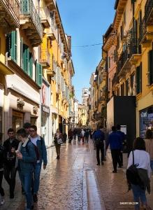 意大利維羅納一條繁忙而迷人的步行街。