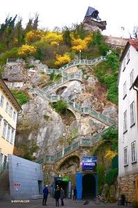 蜿蜒的階梯一直綿延到懸崖頂部,看起來好漫長——但我們很好奇上面是什麼——走,去看看! (攝影:Tony Zhao)
