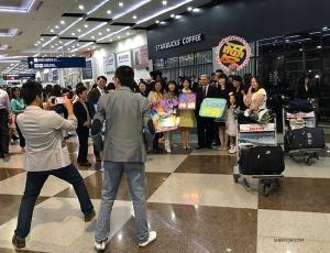 抵達台灣高雄機場後,指揮Milen Nachev被被粉絲包圍了。我們很高興開啟今年的台灣巡演之旅。